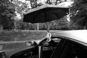 Photo de mariage, sortie en parapluie.