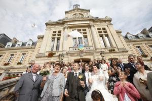 Photo de mariage, devant la Mairie